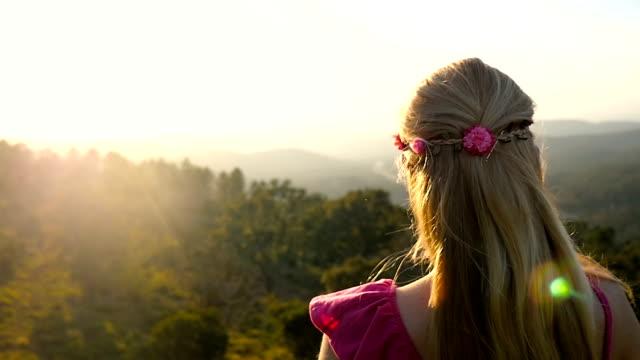 Suchen Sie im herrlichen Blick auf die Berge