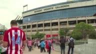 Los aficionados del Atletico de Madrid se dividen entre la tristeza y la emoción por el próximo cierre del estadio Vicente Calderón