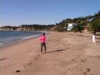 Los Angeles: Frau geht am Strand von Malibu