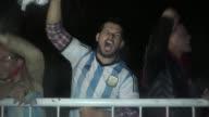 Los argentinos recibian con mensajes de apoyo a la plantilla de la seleccion de futbol a su llegada al pais en medio de la renuncia del capitan...