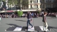 Los artistas Pascale y Thierry Niveaux reproducen el paso de cebra de la portada del album de los Beatles Abbey Road cerca del Centro Pompidou como...