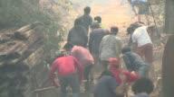 Los chilenos se sumaban el jueves a los bomberos para sofocar los incendios que azotan al pais que han dejado casi 300000 hectareas devastadas y diez...