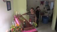 Los colombianos de la ciudad amazonica de Mocoa velaban y enterraban el lunes a sus seres queridos que fallecieron en el alud de la medianoche del...