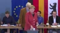 Los conservadores alemanes de Angela Merkel ganaron las elecciones legislativas del domingo con entre el 325 y el 335% de los votos segun sondeos de...