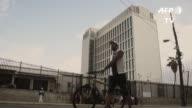 Los cubanos se formaban el viernes en la embajada de Estados Unidos para solicitar una visa a un dia de la suspension de la politica pies secos y...
