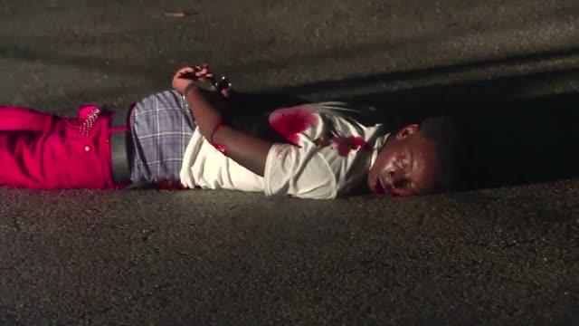 Los enfrentamientos continuaron en la noche del lunes en Ferguson a pesar del estado de emergencia declarado tras un tiroteo con la policia por el...