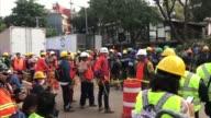 Los esfuerzos por encontrar vida bajo los escombros de los edificios de la capital mexicana destruidos por el sismo del martes que dejo casi 300...