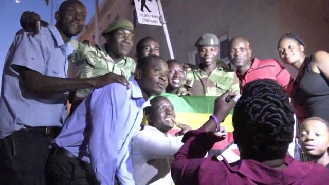 Los habitantes de Zimbabue celebraron el martes en las calles la renuncia del presidente Robert Mugabe de 93 anos