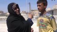 Los habitantes sirios de la ciudad de Manbij liberada hace 12 dias de la ocupacion por el grupo yihadista Estado Islamico regresan de a poco a sus...