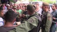 Los militares venezolanos ordenan filas en los supermercados custodian camiones de alimentos y cultivan