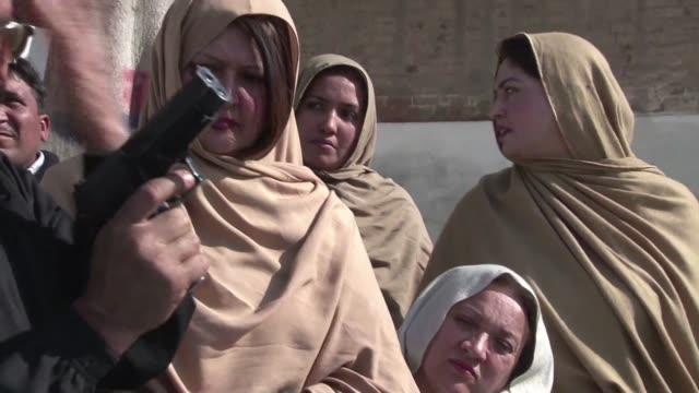 Los profesores del noroeste de Pakistan reciben entrenamiento en armas de fuego