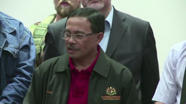 Los rebeldes prorrusos entregaron a responsables malasios las dos cajas negras del avion de linea derribado el jueves pasado y comenzo el traslado de...
