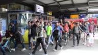 Los refugiados que llegaron a Alemania durante el fin de semana tras un viaje peligroso y agotador desde Siria y otras zonas conflictivas quedaron...