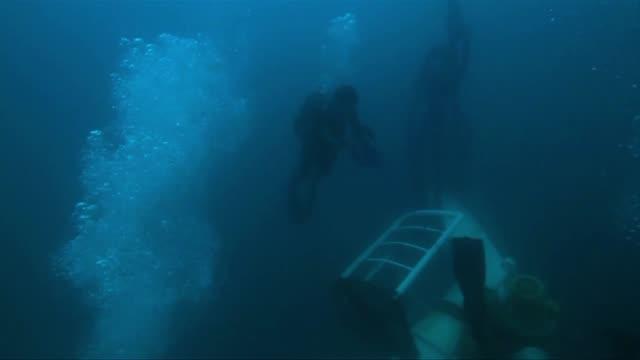 Los servicios de socorro filipinos reanudaron este domingo la busqueda en un mar agitado de 85 personas desaparecidas en el naufragio del viernes de...