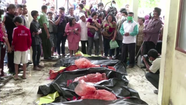 Los socorristas seguian este miercoles buscando victimas entre los escombros de una zona residencial de la ciudad de Medan en la isla indonesia de...