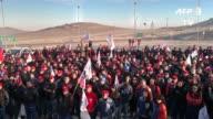 Los trabajadores de la mina chilena Escondida la mayor productora privada de cobre del mundo iniciaron el jueves una huelga indefinida por mejoras...