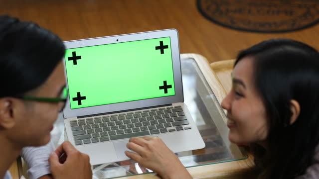 Liebespaar mit grünen Bildschirm einkaufen