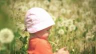 Schöne Szene mit einem baby, umgeben von am Rand. HD