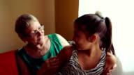 Schöne, Teenager Mädchen mit Oma