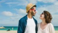 Liebespaar umarmen und küssen am Strand