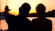 MS DS Amorevole coppia parlando sul molo