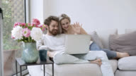 Liebende Paar video-Chats mit jemandem auf ihrem laptop