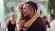 Amorevole di sposi ballando il primo ballo di nozze