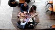 Mittagessen in der Pizzeria und rösten, mit Wein