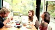 Mittagessen mit Freunden, glückliche Paare.