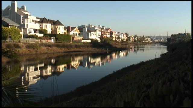(HD1080) Luxus-Line: Teures Häuser wird bei Canal/den Fluss
