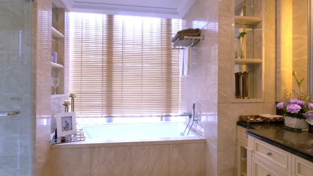 Luxus Badezimmer Interieur und genießen Sie die Dekoration, Echtzeit.
