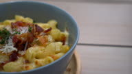 macaroni with cheese and bacon