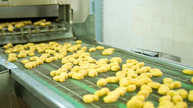 Maschine Verarbeitung Nuggets in einer Lebensmittelfabrik