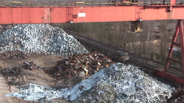 WS ZI Magnet lifting steel scraps at scrapyard / Bous, Saarland, Germany