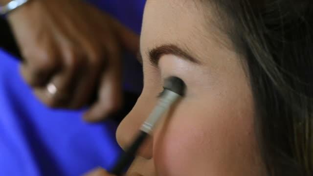 Make-up Künstler Anwendung machen bis auf Frau Auge