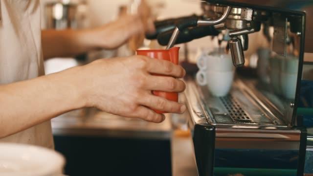 Het maken van koffie op koffiemachine
