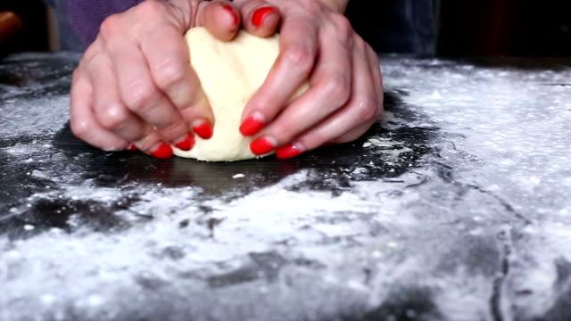 La pasta da femmina mani al forno