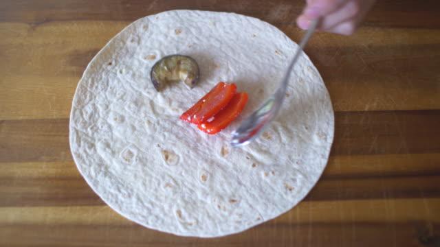 Facendo Involtino di verdure grigliate panino
