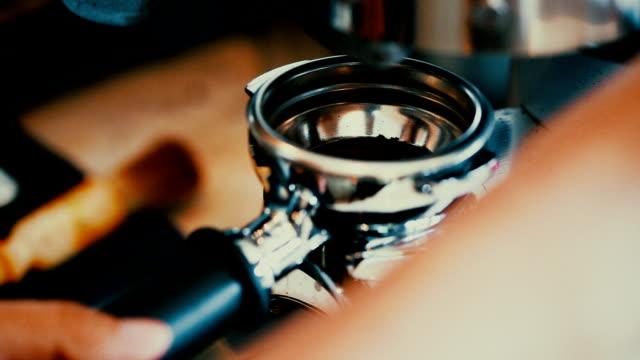 Making gemalen koffie met koffiemolen. Close-Up.