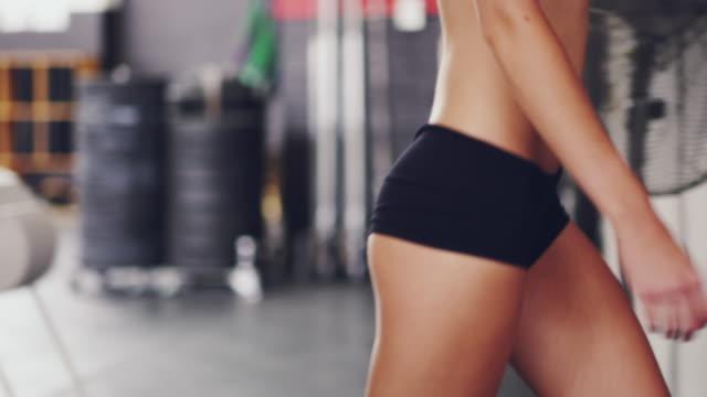 Machen ihre Weise um das Fitness-Studio