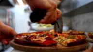 Machen pizza in Küche
