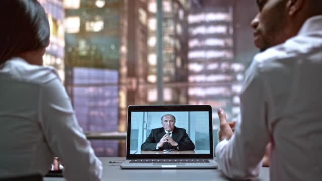 DS mannelijke en vrouwelijke collega's op een video-oproep met de CEO