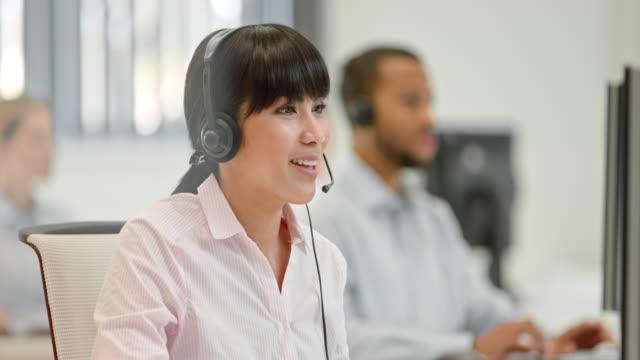 DS maschio e femmina operatore telefonico di lavoro presso la reception