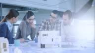 Mannelijke architect brengen nieuwe ideeën van het ontwerp aan de vergadertafel