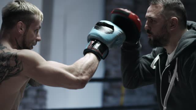 Männliche Boxer Plausch mit seinem Trainer