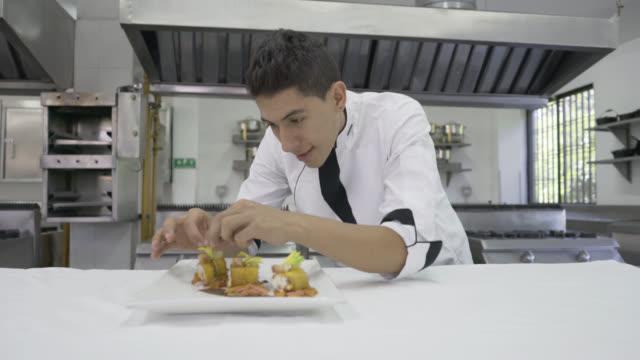 Mannelijke chef-kok versieren aperitiefhapje