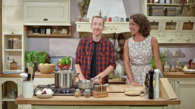 DS mannelijke chef-kok hosting een koken Toon en praten met zijn vrouwelijke gast