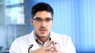 Männlichen Arzt sprechen in die Kamera
