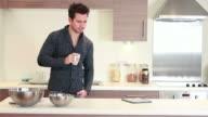 Männer in der Küche trinken und arbeiten auf laptop