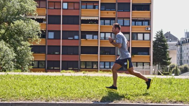 SLO MO maschio jogger in città